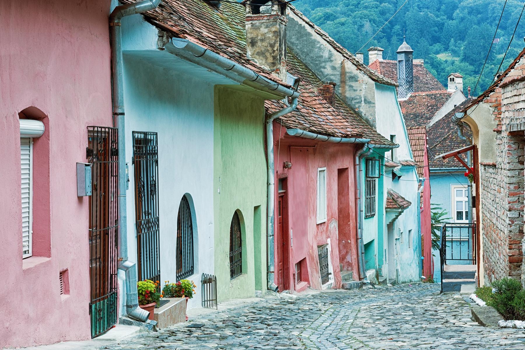 Каменные мостовые и красивые часовни в колоритной Сигишоаре в Румынии
