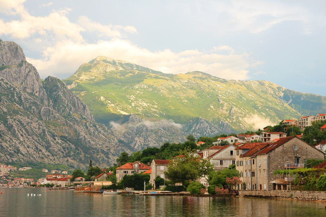 Οικισμός στον κόλπο του Κότορ στο Μαυροβούνιο.