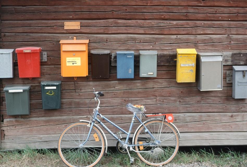Viele Briefkästen und ein Fahrrad