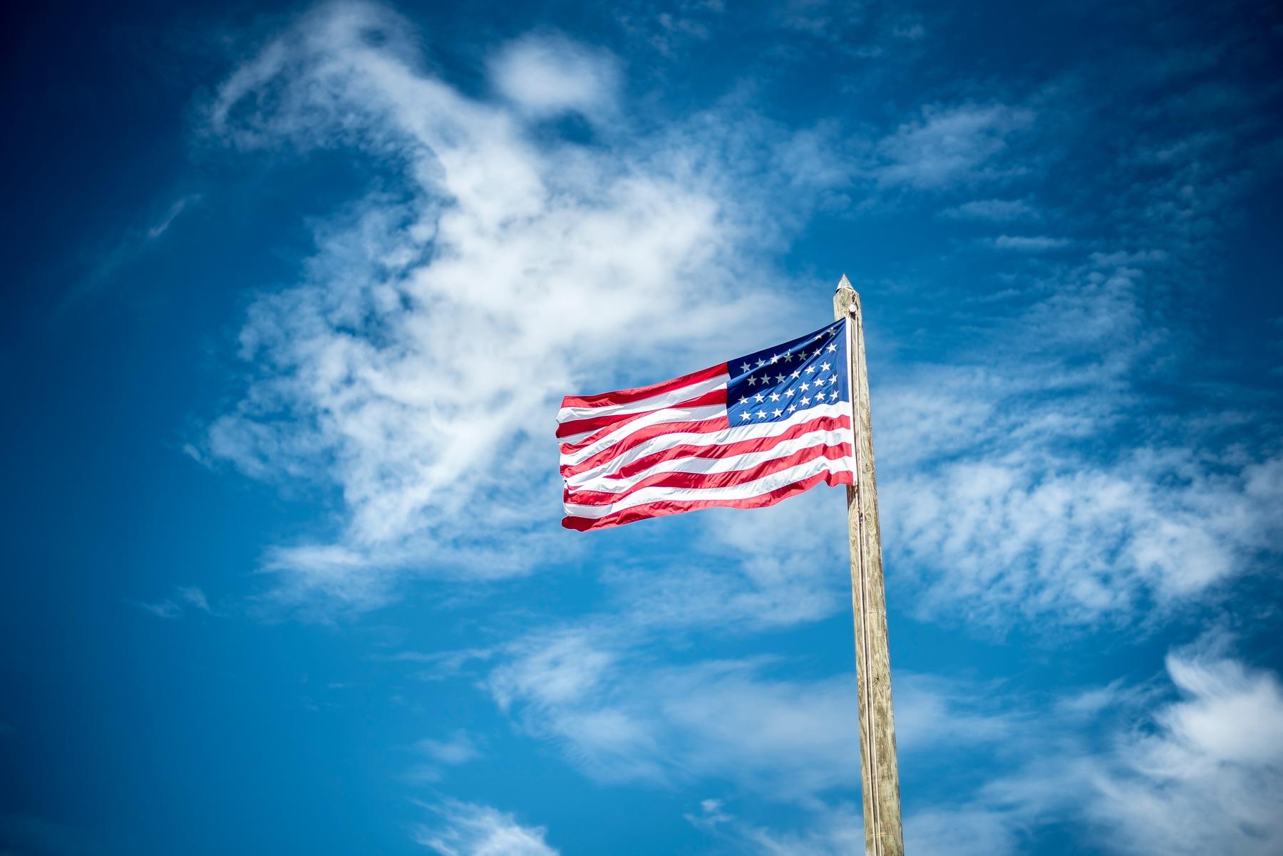 Spannende Reisefakten: Wusstet ihr, dass es bislang 27 Versionen der US-amerikanischen Flagge gibt? Die aktuelle hat 50 Sterne, die die 50 Staaten der USA repräsentieren, sowie 13 Streifen, die für die ursprünglichen 13 Kolonien bzw. Gründungsstaaten stehen.