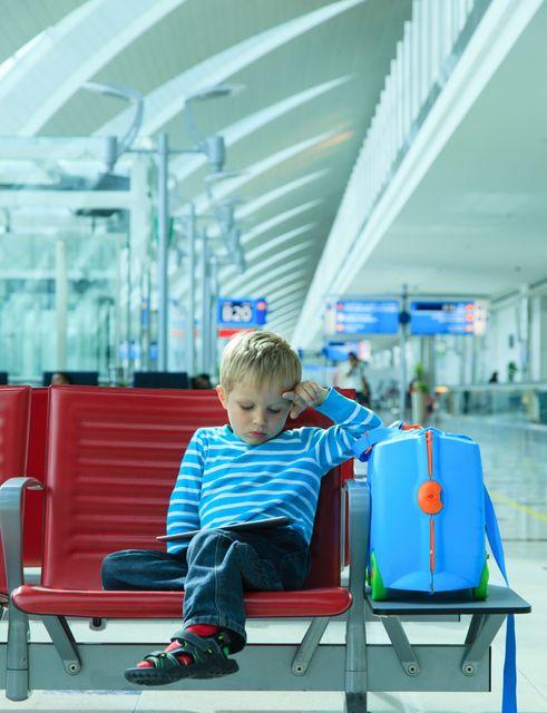 Μικρό παιδί σε αίθουσα αναμονής αεροδρομίου