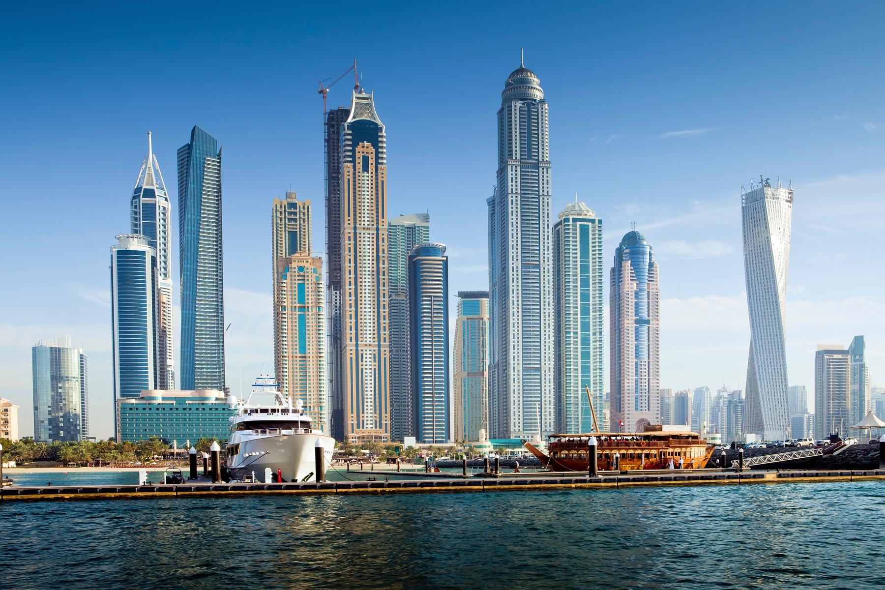 Arranhas-céus em Dubai, com marina à frente. A cidade se prepara para receber cada ez mais trabalhadores que optam pelo Anywhere office