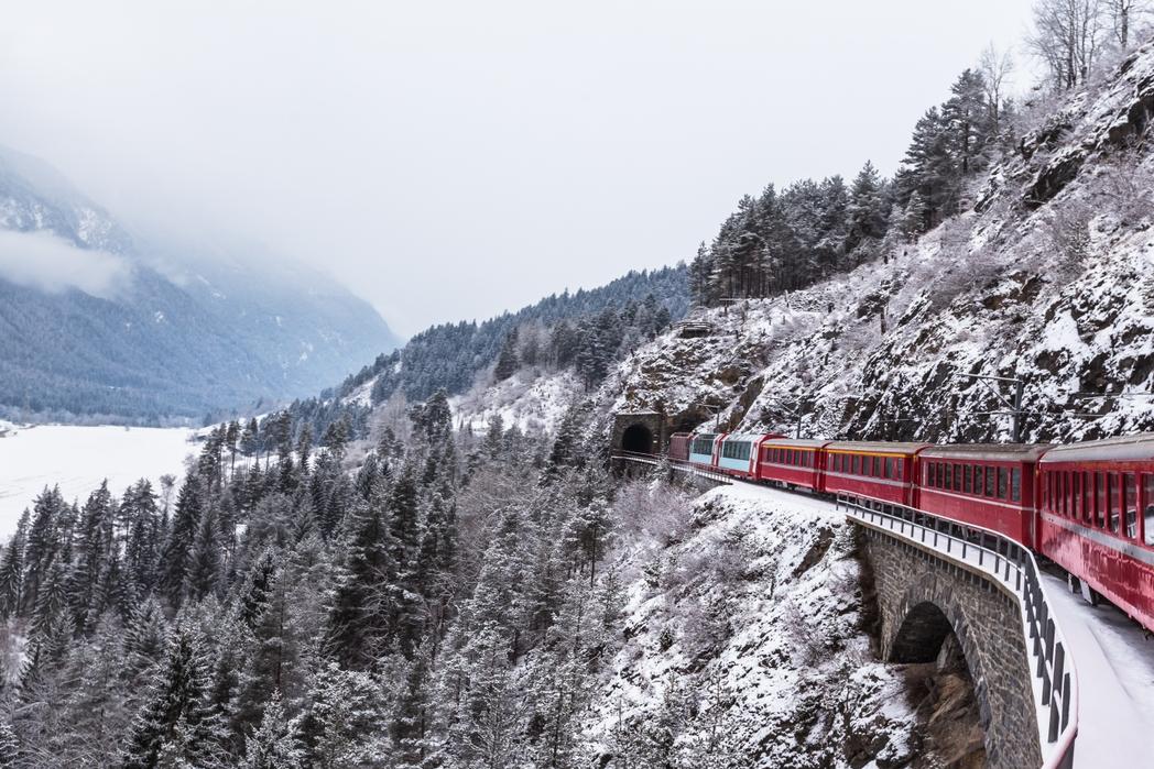 Χιονισμένη διαδρομή με το αλπικό τρένο από το Ζερμάτ στο Σεν Μόριτζ, Ελβετία