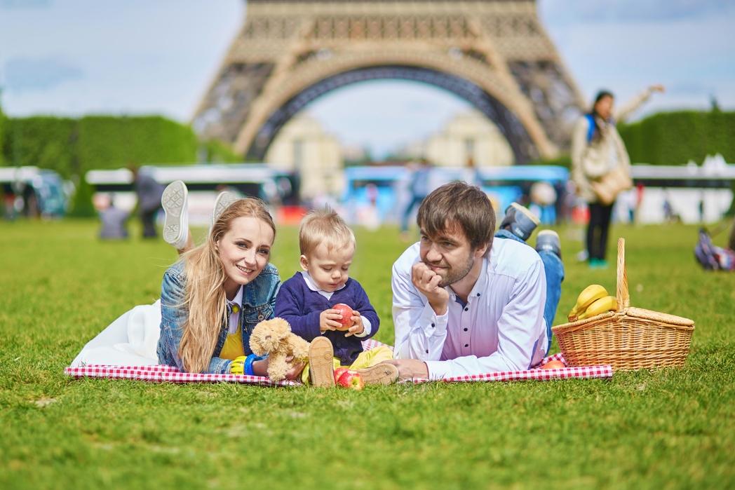 Οικογενειακό πικ-νικ κάτω από τον Πύργο του Άιφελ στο Παρίσι -  συμβουλές για φθηνές διακοπές με παιδιά
