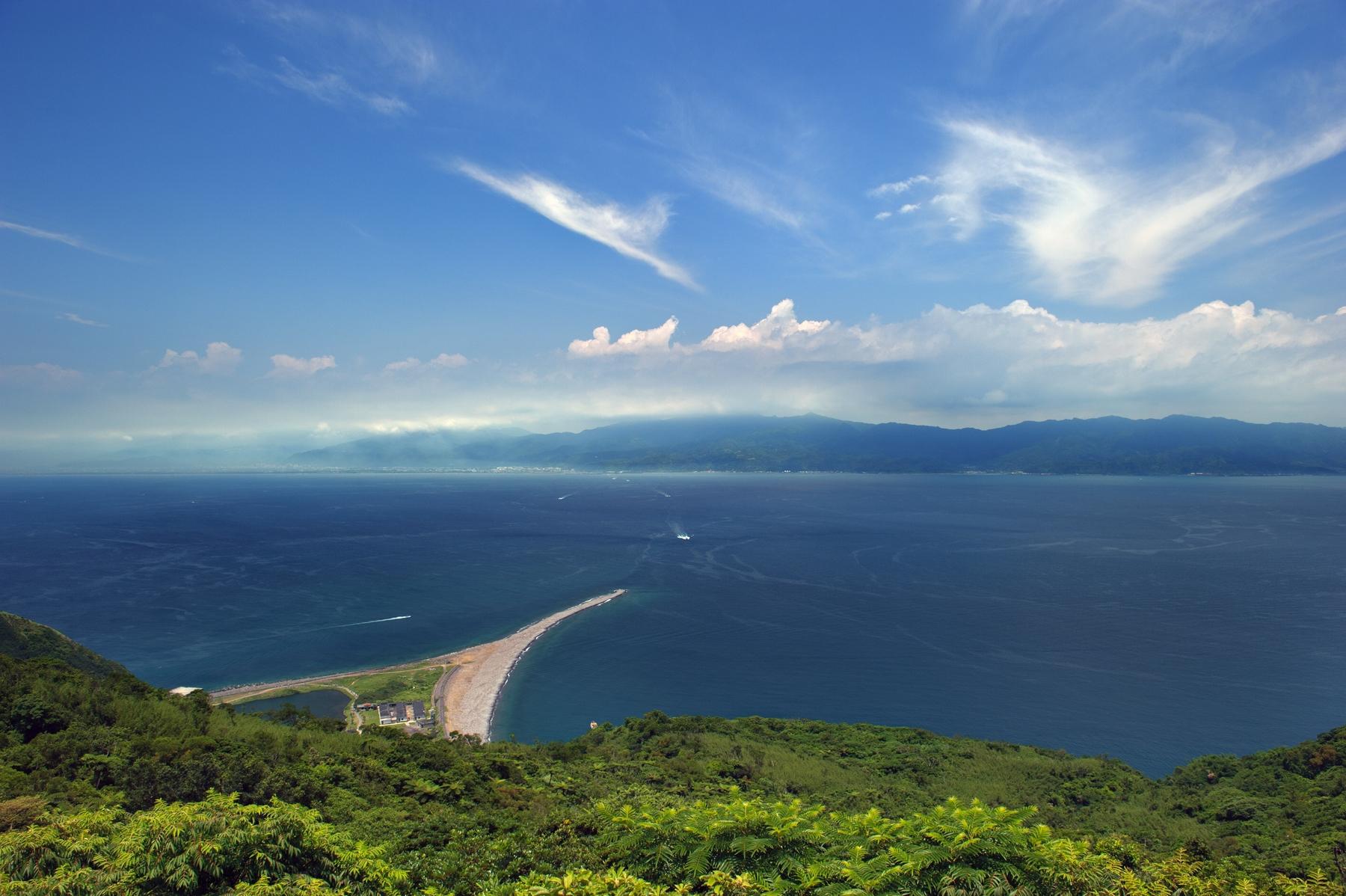 坐擁著美麗的山巒景致與崎嶇的海岸線