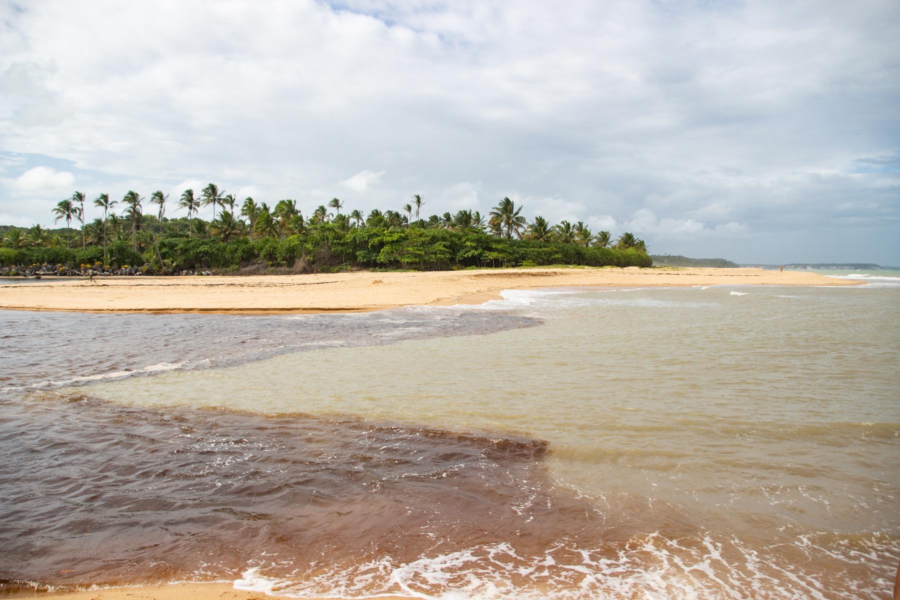 Encontro entre o Rio Caraíva e o mar - Lugar tranquilo para viajar no nordeste