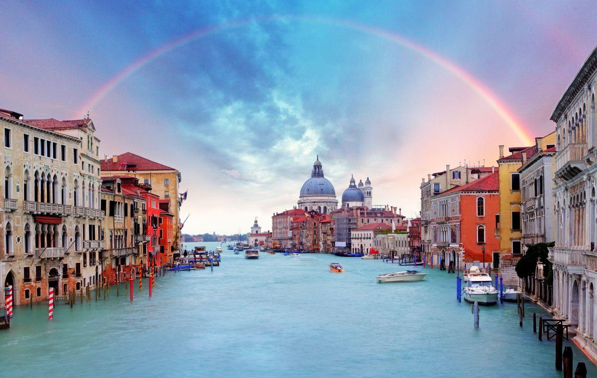 Άποψη της Βενετίας στεφανωμένης από ένα ουράνιο τόξο