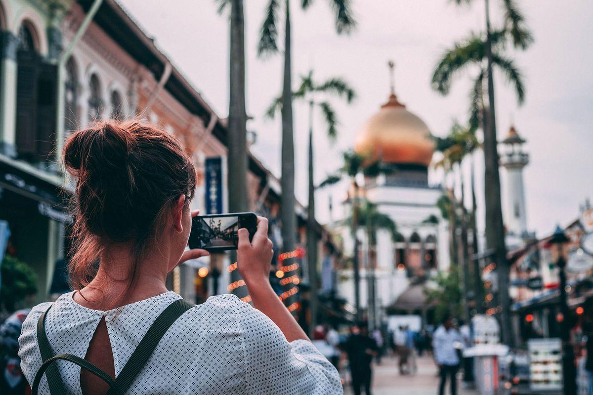 Κοπέλα φωτογραφίζει το Τζαμί του Σουλτάνου στο Kampong Glam