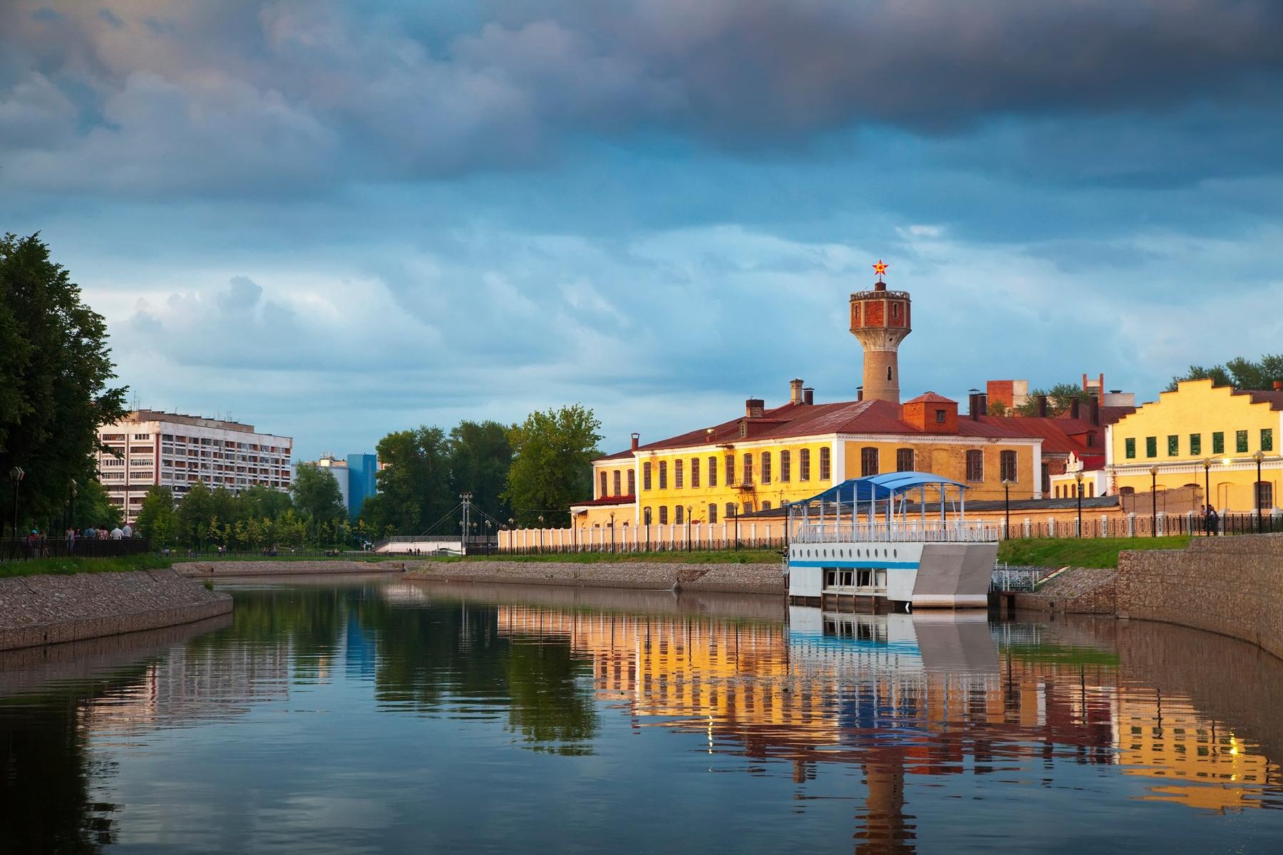 Водонапорная башня в Иваново и красивый пейзаж возле нее