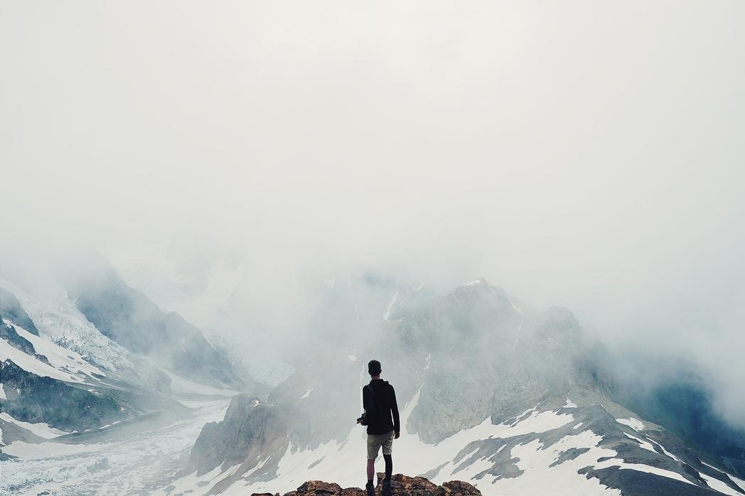 Άντρας αγναντεύει τα βουνά στη Μέστια της Γεωργίας