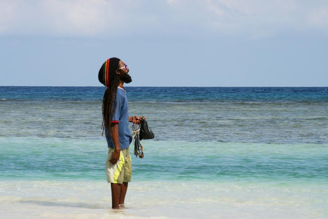 Un habitant de la Jamaïque sur la plage