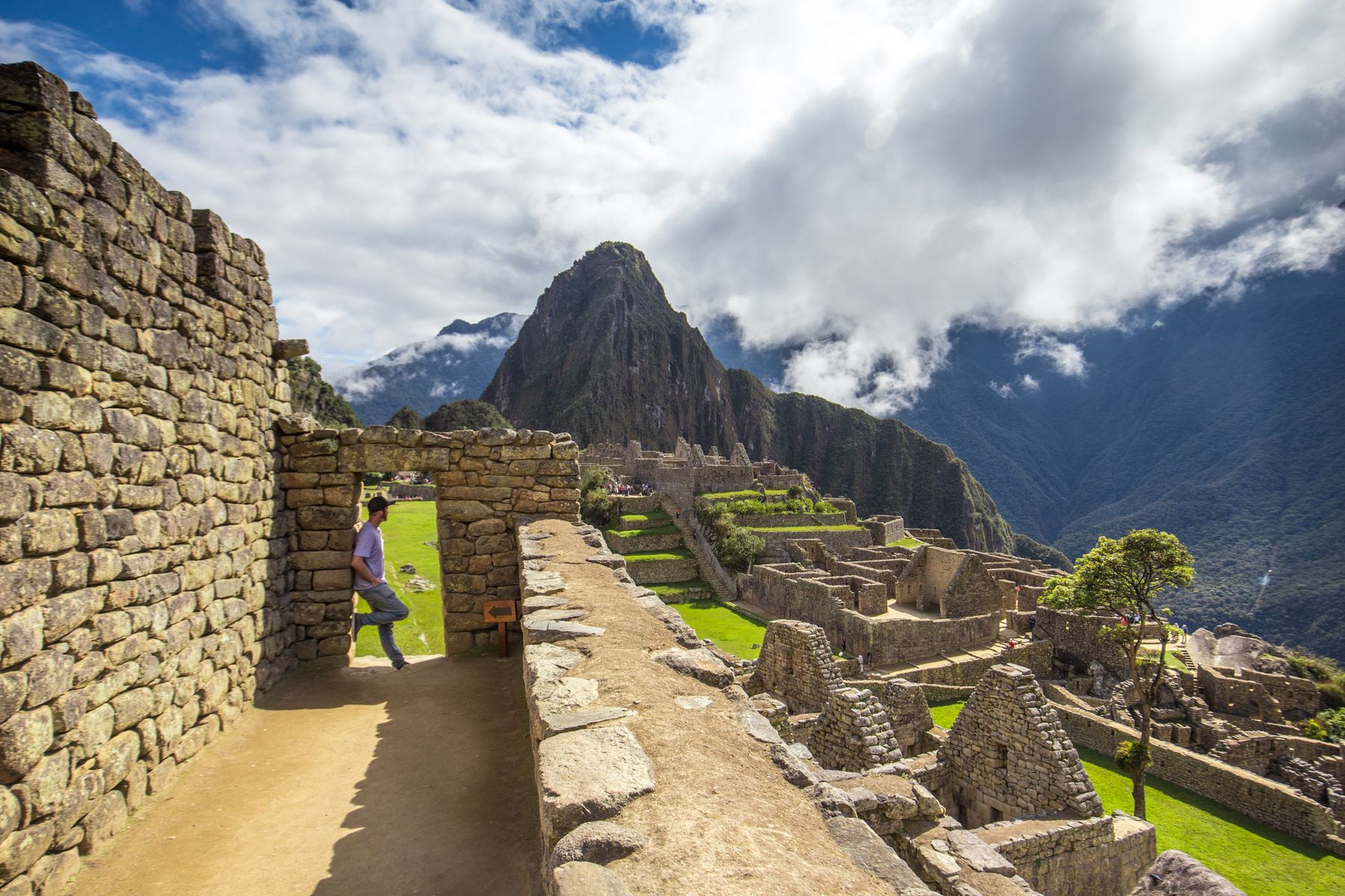Турист в Мачу-Пикчу, потерянном городе инков