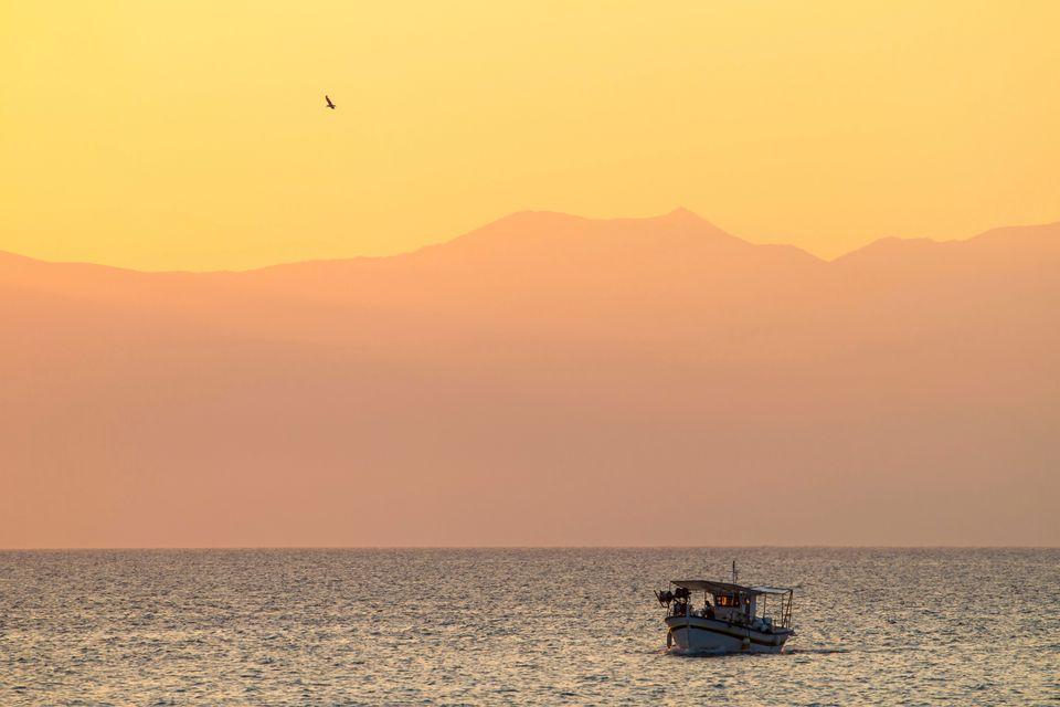 Μια ψαρόβαρκα πλέει στη θάλασα