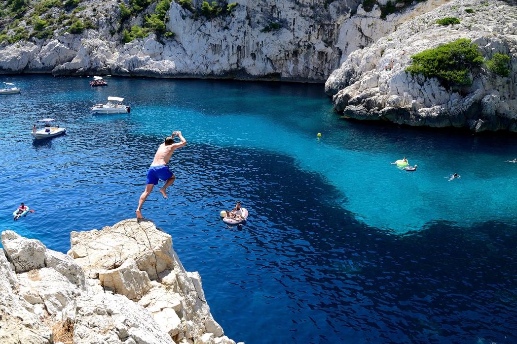 Ταξιδιώτες κάνουν βουτιές στα γαλανά νερά