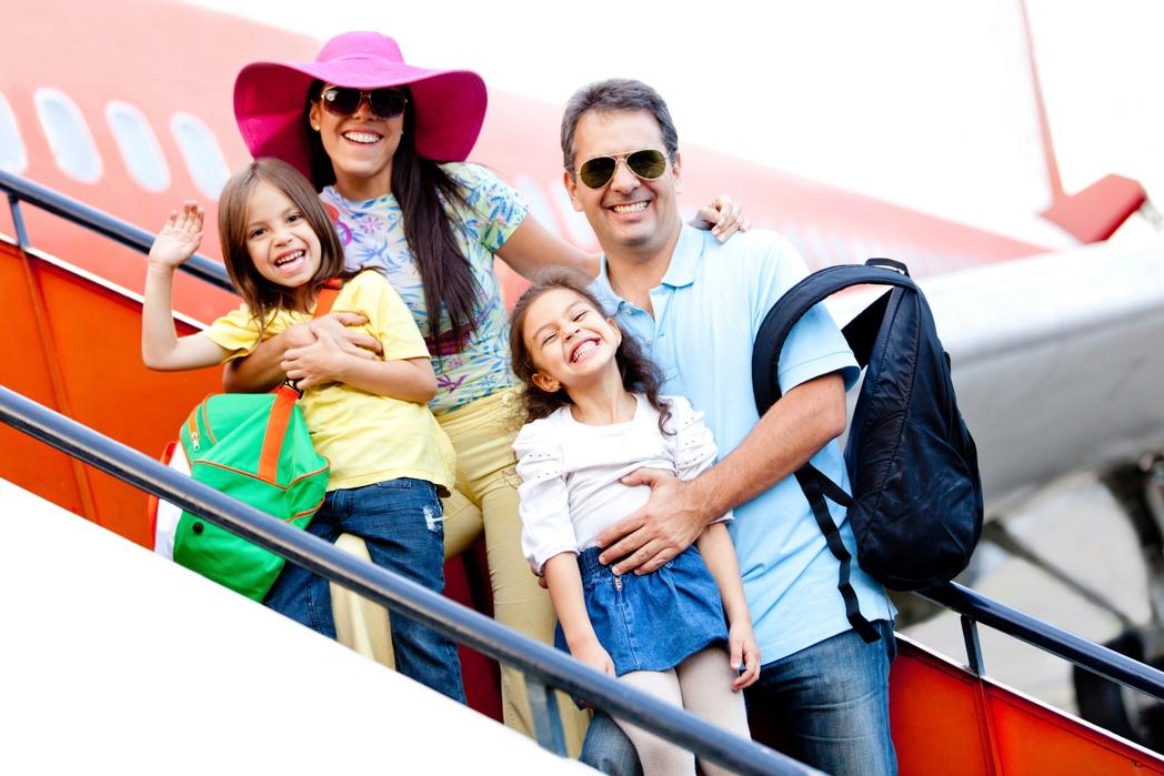 Οικογένεια επιβιβάζεται στο αεροπλάνο
