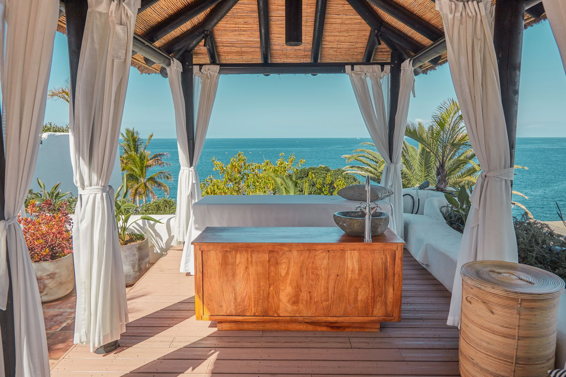 Hotel Jardin Tropical Tenerife is one of the best all-inclusive hotels for couples thanks to its spa, gastronomy and beach cocktails