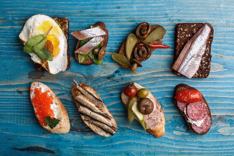 Открытые бутерброды смёрребрёд в Норвегии с ветчиной, лососем, зеленью