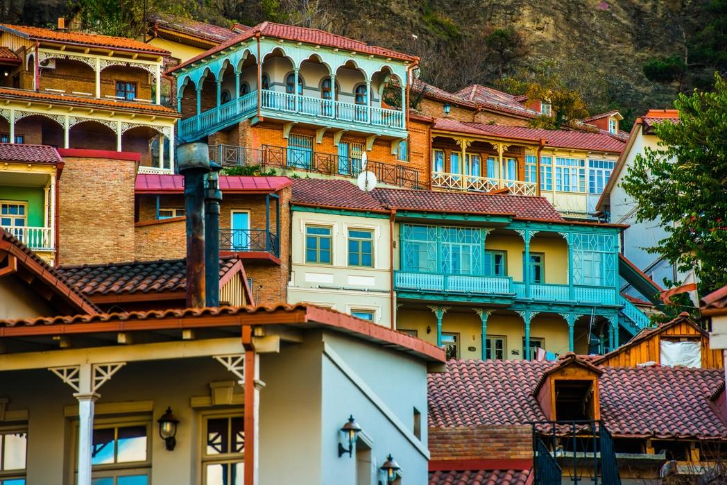 Παραδοσιακά σπίτια με σκαλιστά μπαλκόνια στην Τιφλίδα.