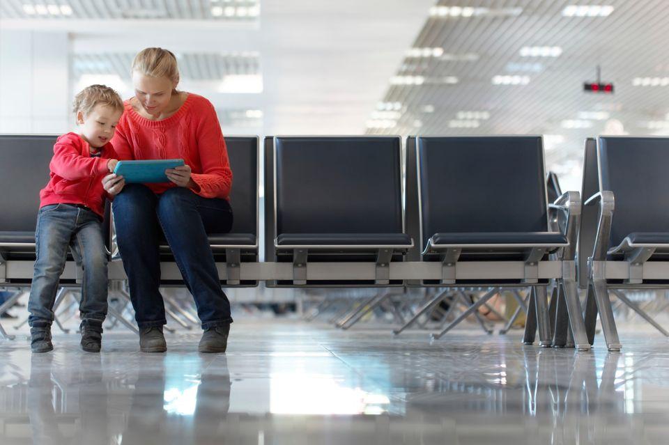 Μητέρα και παιδί σε αίθουσα αναμονής αεροδρομίου