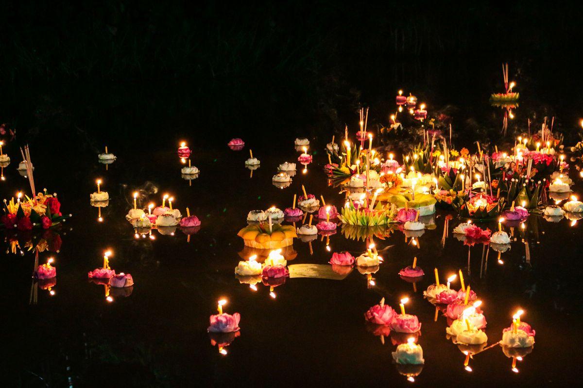 Καλάθια με κεράκια στο σχήμα του λωτού επιπλέον σε ποτάμι, μέρος του φεστιβάλ Loy Krathong της Ταϊλάνδης