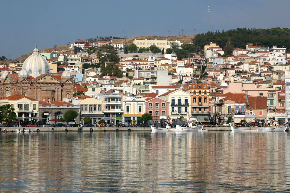 Άποψη του λιμανιού της Μυτιλήνης από τη θάλασσα - εδώ όπου θα ξεκινήσουν οι αγώνες της Aegean Regatta 2019