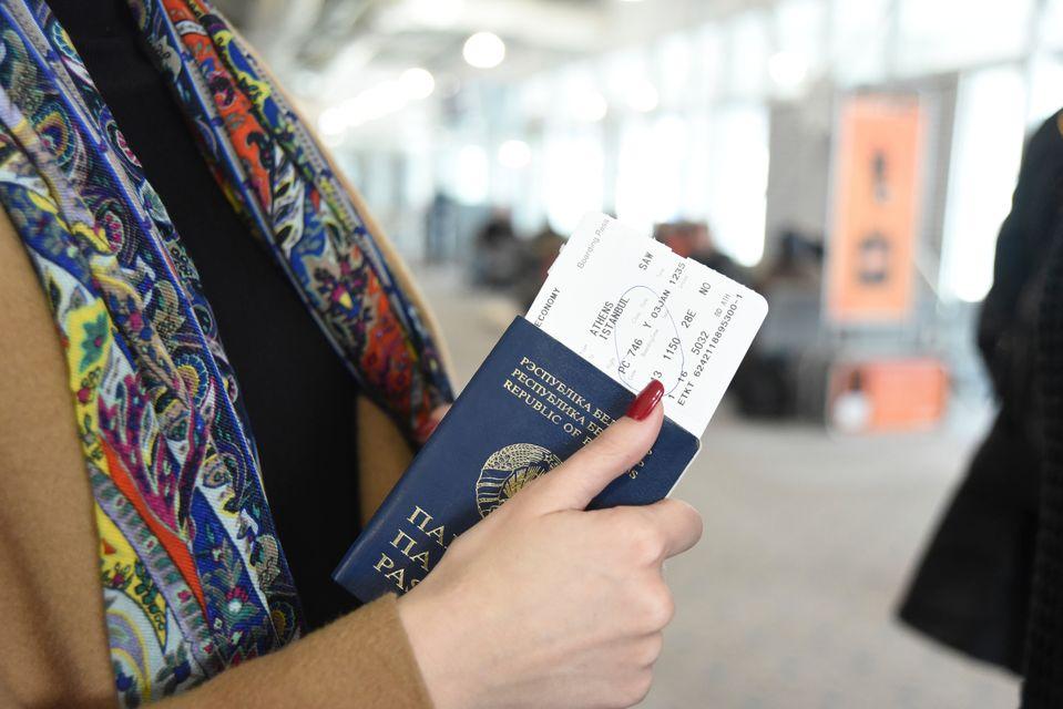 mujer con pasaporte y visado