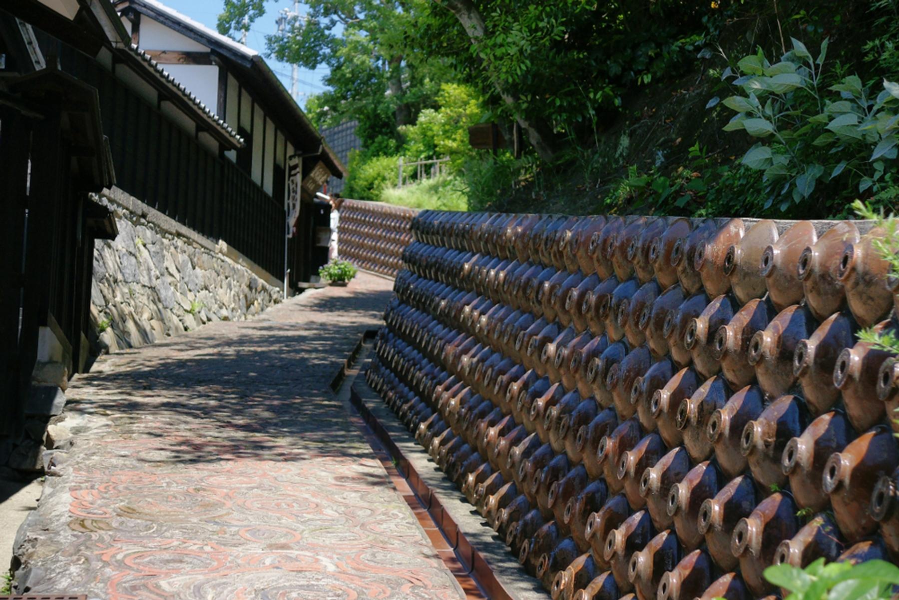 愛知県 陶器の瓶が壁に埋め込まれた風情のある坂道