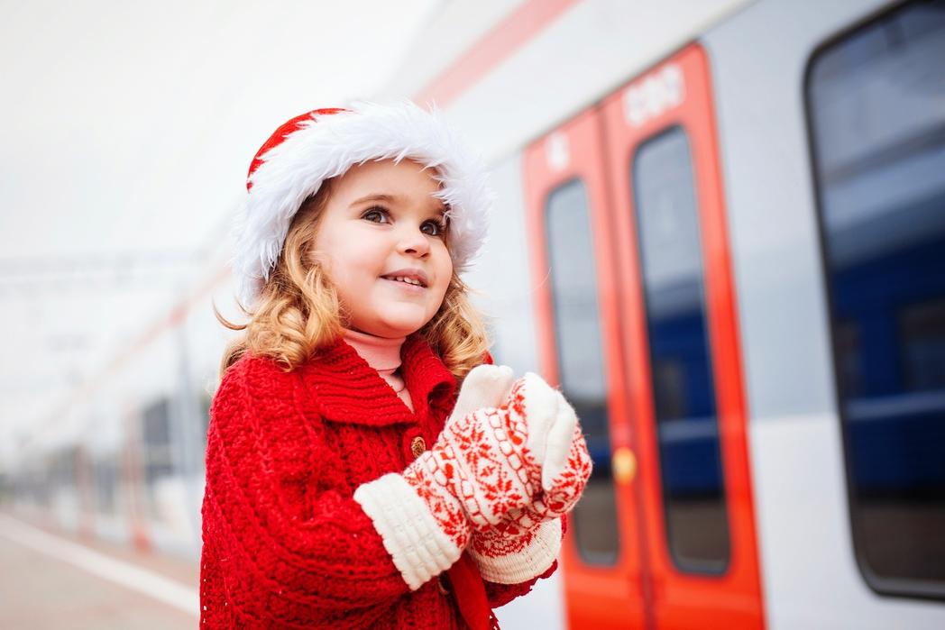 Παιδί με γάντια και σκουφί Άγιου Βασίλη.