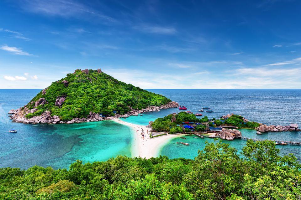 Πλούσια βλάστηση περιβάλλει τις παραλίες και το νησί του Koh Tao, απ' τους τοπ εξωτικούς προορισμούς που θα επισκεφτείτε σ' ένα ταξίδι στην Ταϊλάνδη
