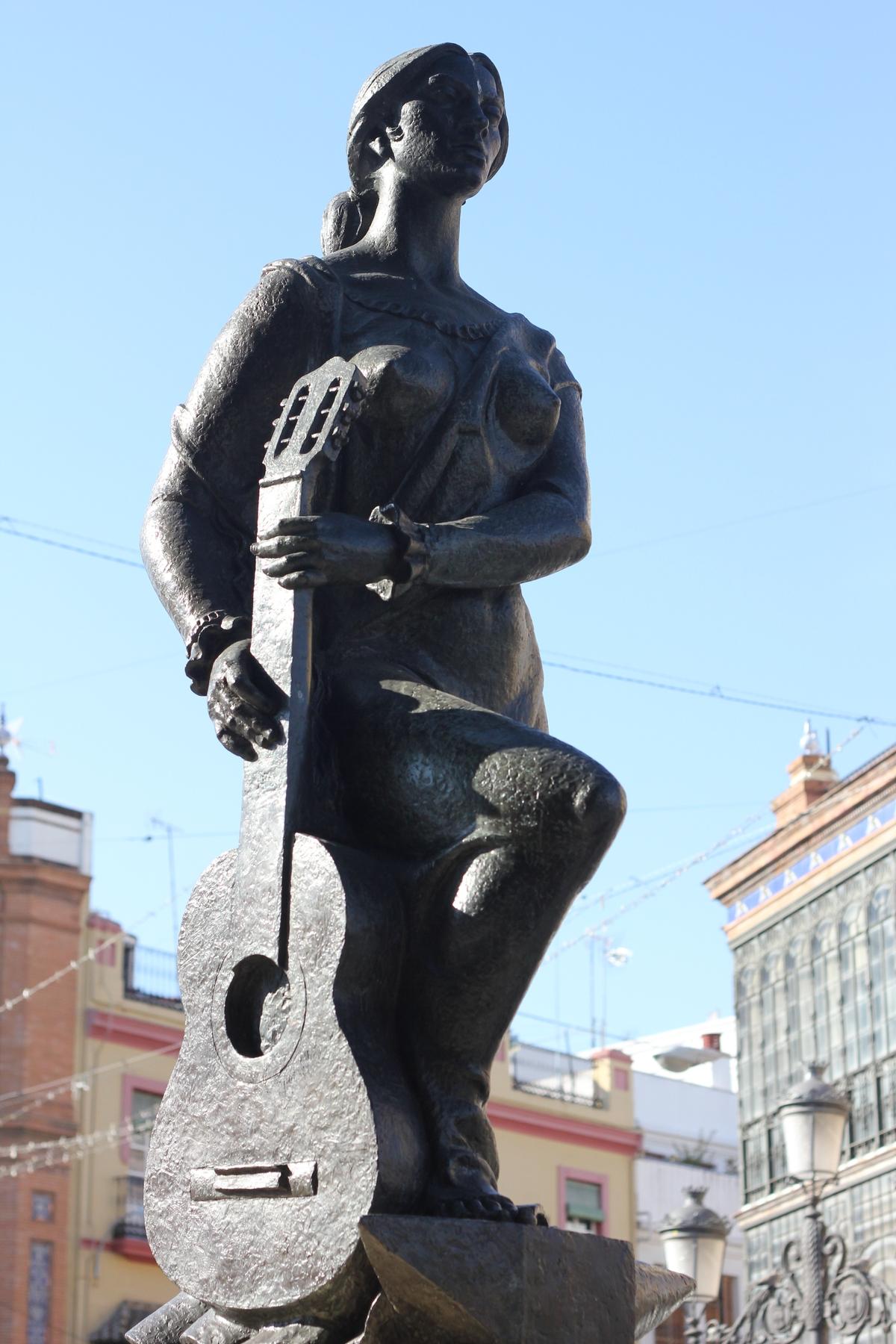 Escultura que homenajea al flamenco en Sevilla, en concreto en Triana, uno de sus barrios más emblemáticos.