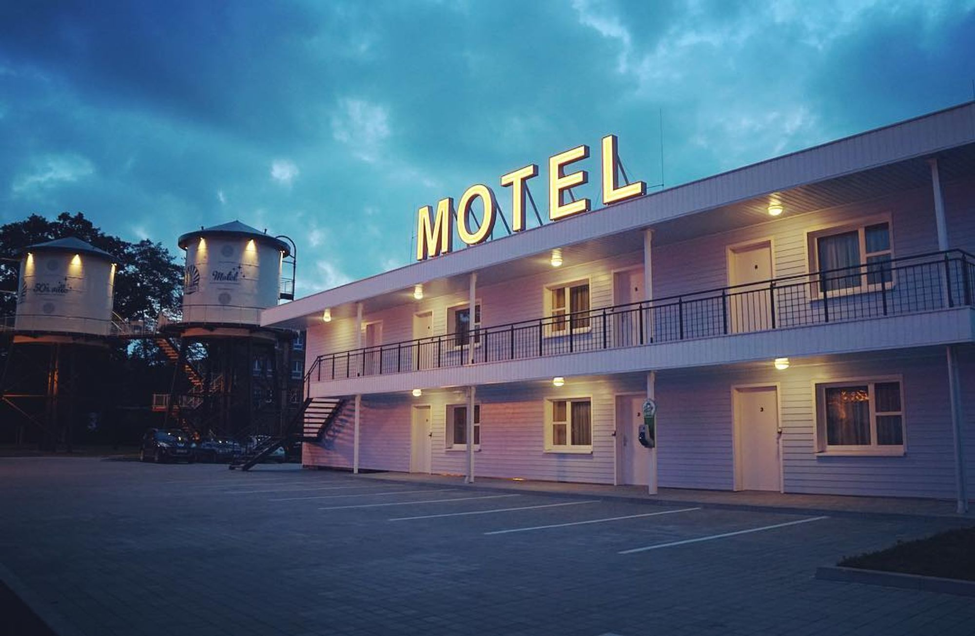 what is the difference between a motel and a hotel