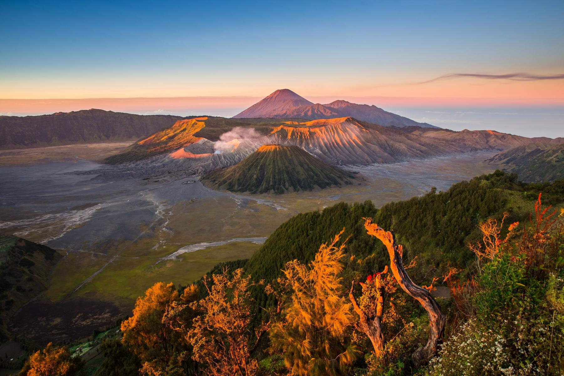 Страны мечты для незабываемых путешествий: Индонезия, остров Ява, рассвет с видом на вулкан Бромо