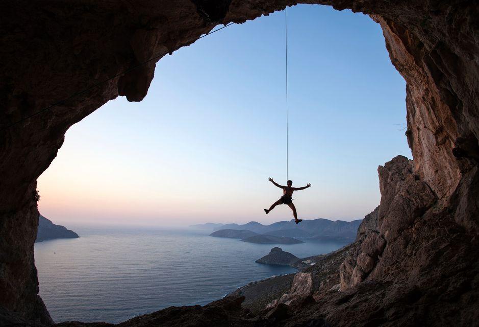 Άντρας κρέμεται από βράχο στην Κάλυμνο - δοκιμάστε την αναρρίχηση στις διακοπές σας στην Κάλυμνο