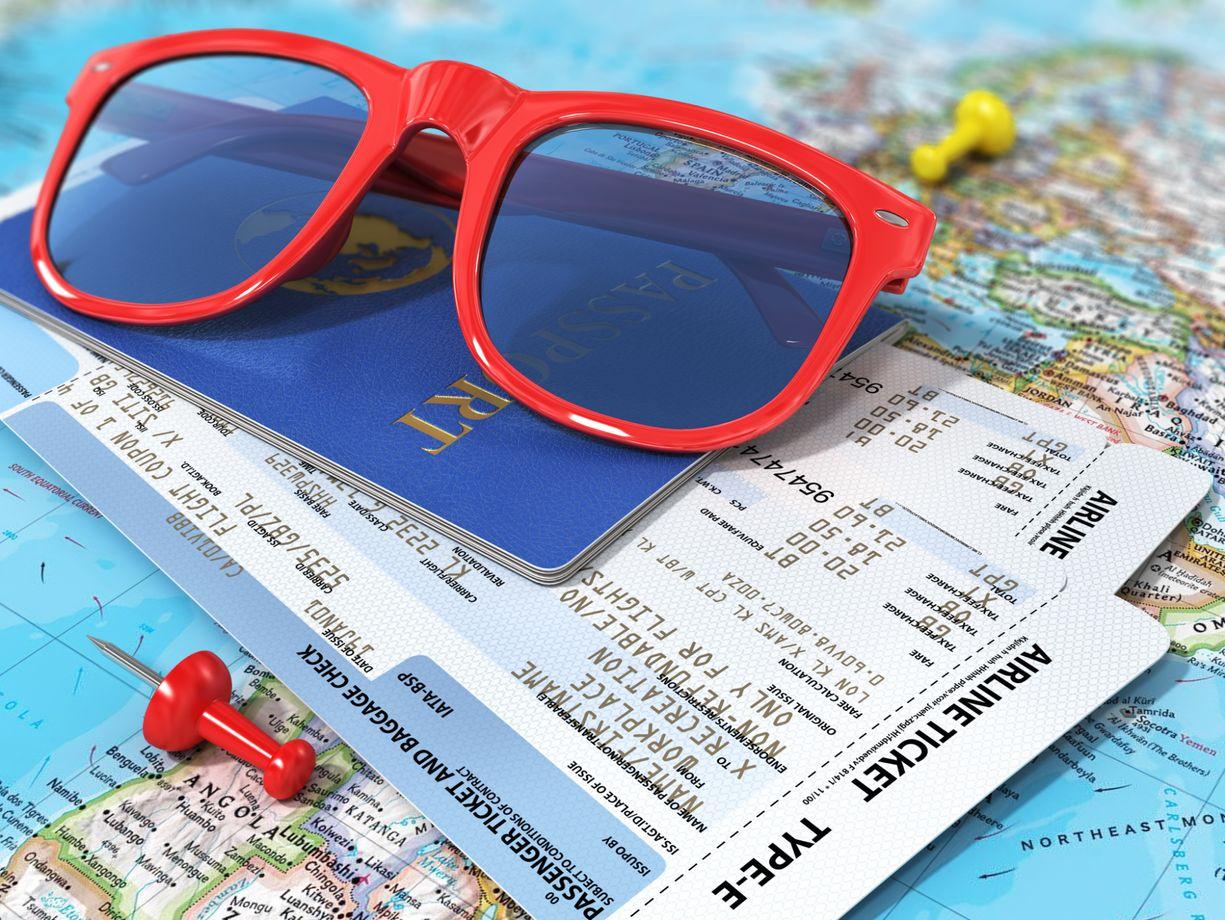 Χάρτης, γυαλιά, αεροπορικά εισιτήρια και διαβατήριο
