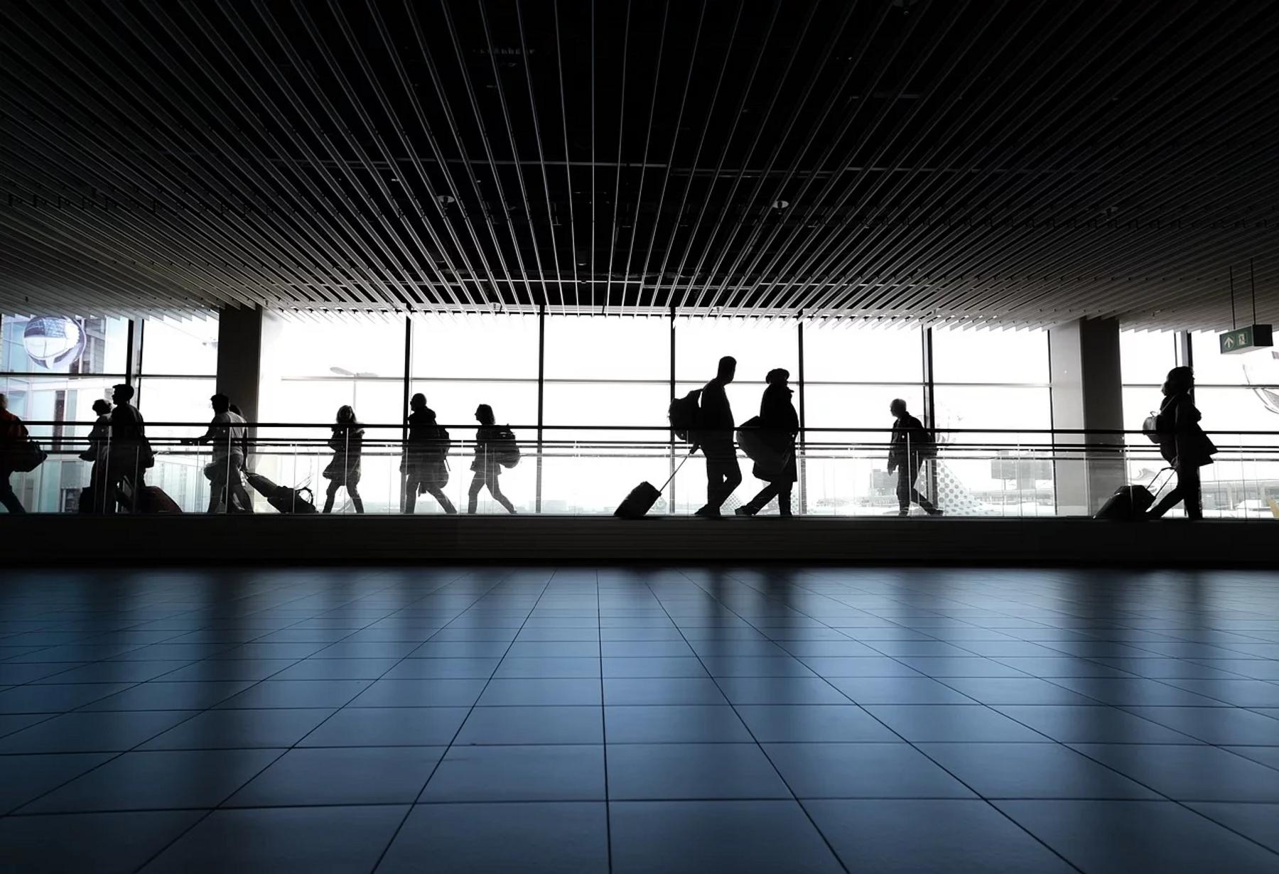 Авиакомпании и аэропорты внедряют новые меры для защиты пассажиров и сотрудников.