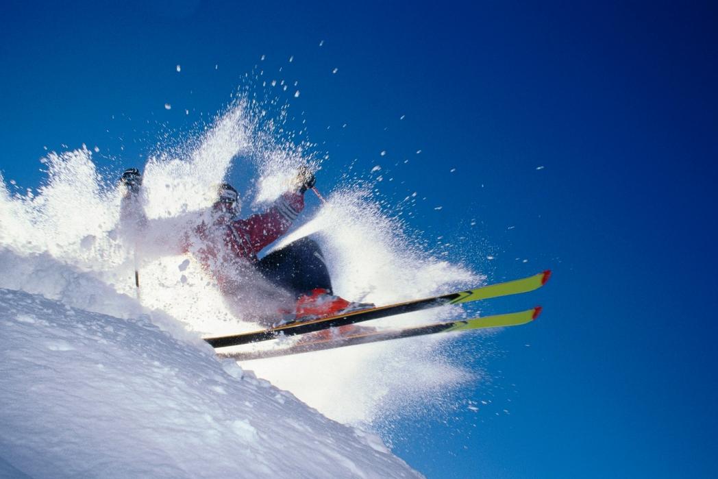 Σκιέρ στα χιόνια - Πού να πάτε ταξίδι τον Δεκέμβριο
