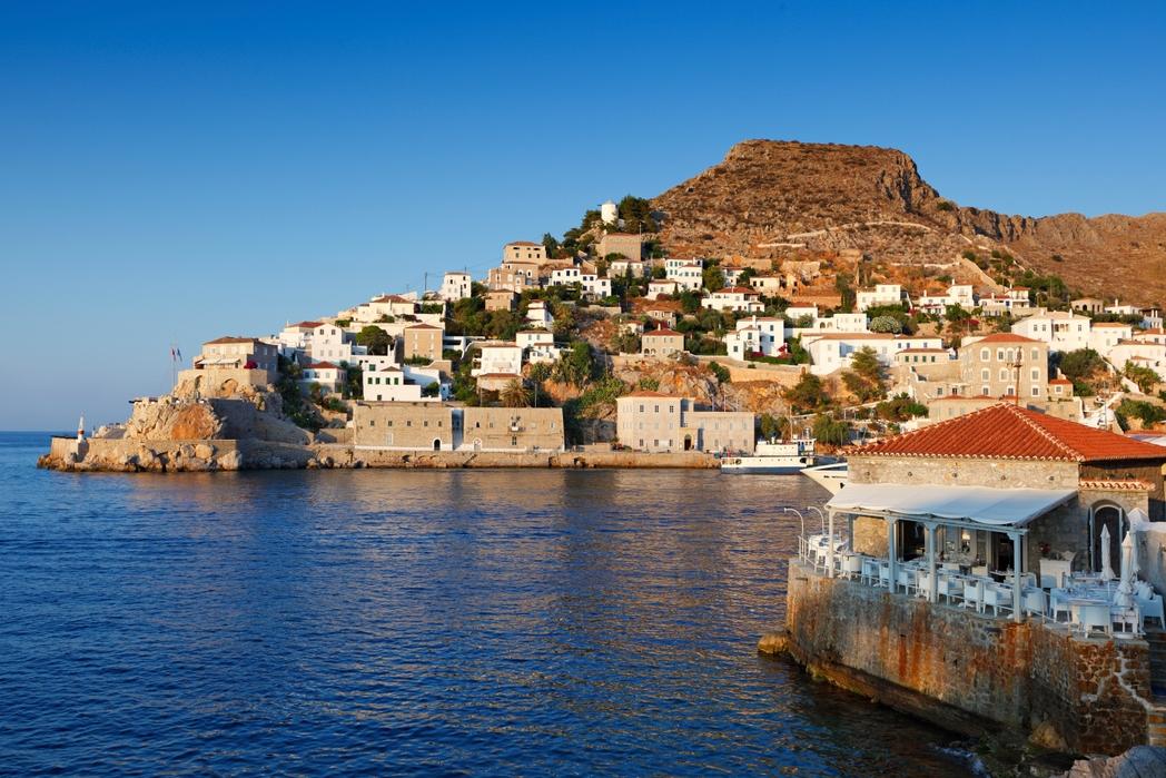 Το λιμάνι της Ύδρας από τη θάλασσα σάς προσκαλεί για διακοπές στα ελληνικά νησιά