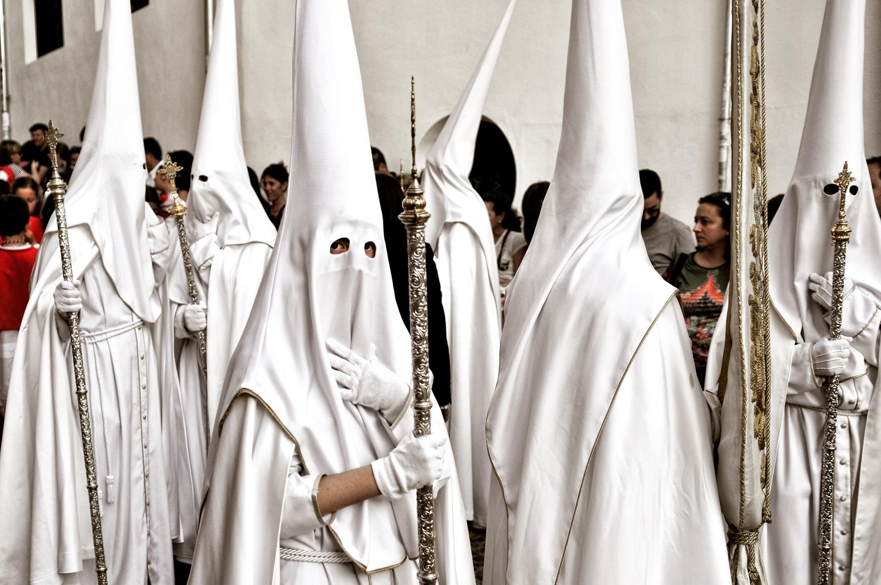 Nazarenos por las calles del Albaycín, Granada © Bisual Studio
