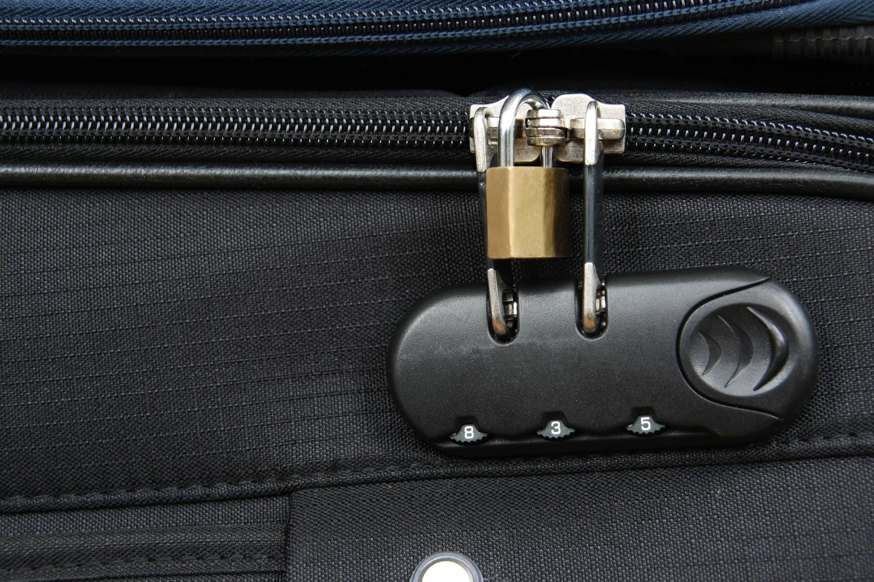 Detalhe de mala de viagem mostra cadeado tradicional e com segredo