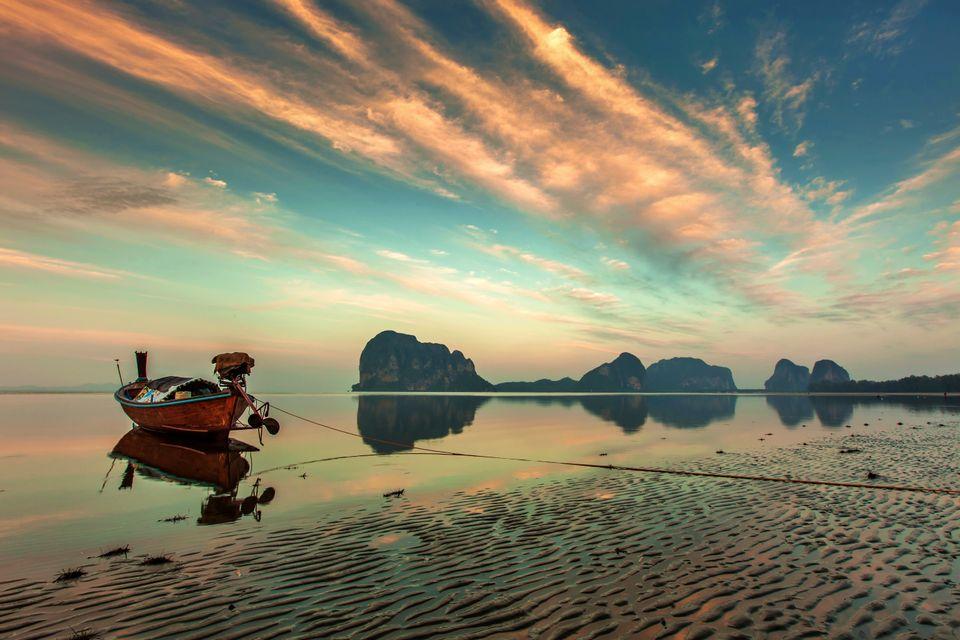Βάρκα πάνω στην άμμο την ώρα της παλίρροιας στο Πουκέτ, Ταϊλάνδη