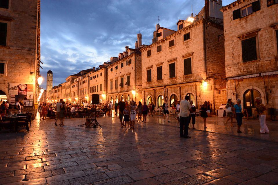 Βόλτες το σούρουπο στη μεσαιωνική πόλη του Ντουμπρόβνικ - απ' τους καλύτερους προορισμούς για Σαββατοκύριακο τον Ιούλιο 2019