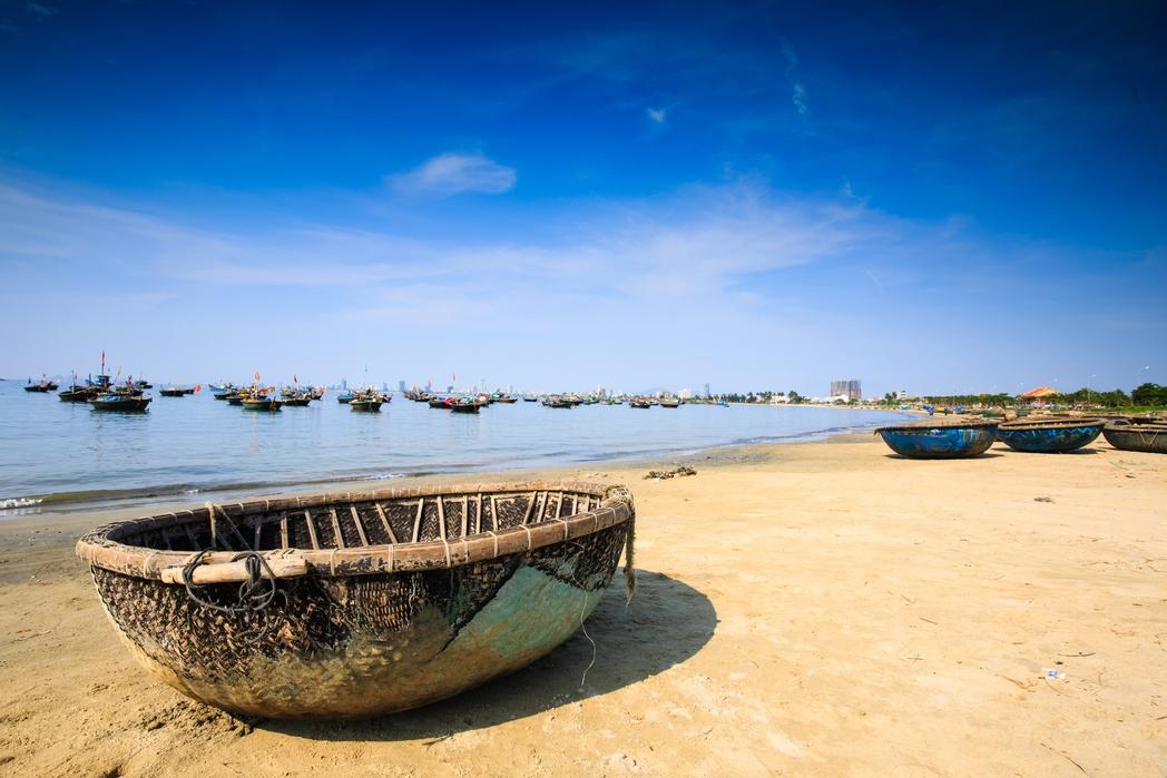 Σφαιρική βάρκα για ψάρεμα σε παραλία του Βιετνάμ