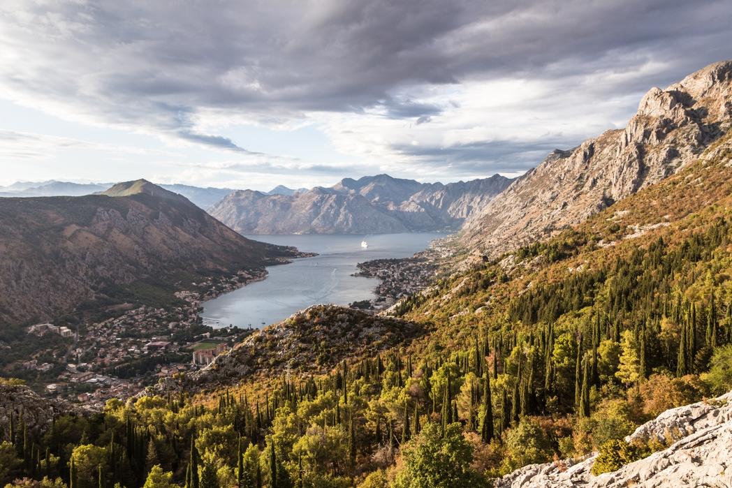 Ορεινό τοπίο με φόντο την Αδριατική - ταξίδι με τρένο στην Ελλάδα και τον κόσμο