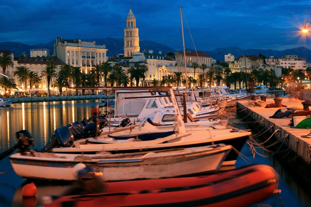 Σκάφη στη Riva του Σπλιτ τη νύχτα, με φόντο το Παλάτι του Διοκλητιανού