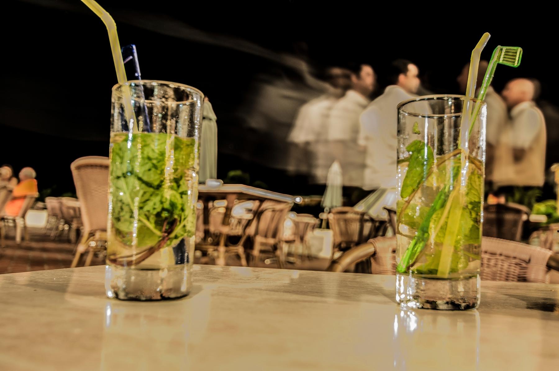 Кубинские коктейли с ромом на столе в баре.
