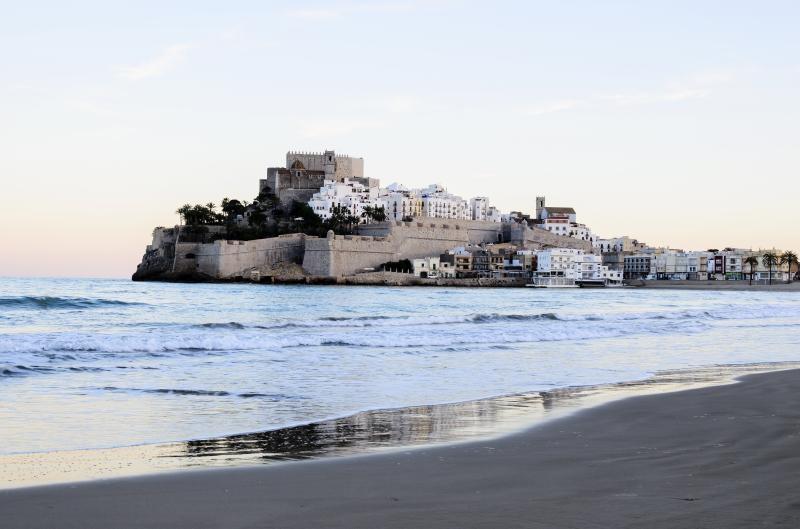 Tumbarte al sol y disfrutar de las vistas al castillo de Peñíscola es disfrute asegurado.