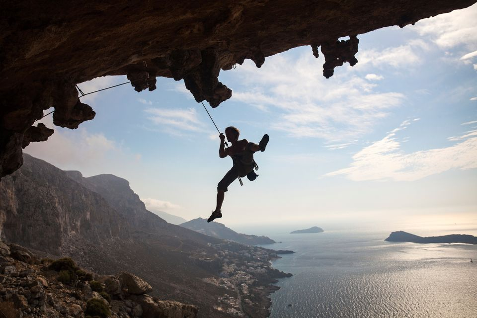 Αναρριχητής κρέμεται από βράχο πάνω απ' το Αιγαίο - η αναρρίχηση είναι must αν κάνετε διακοπές στην Κάλυμνο