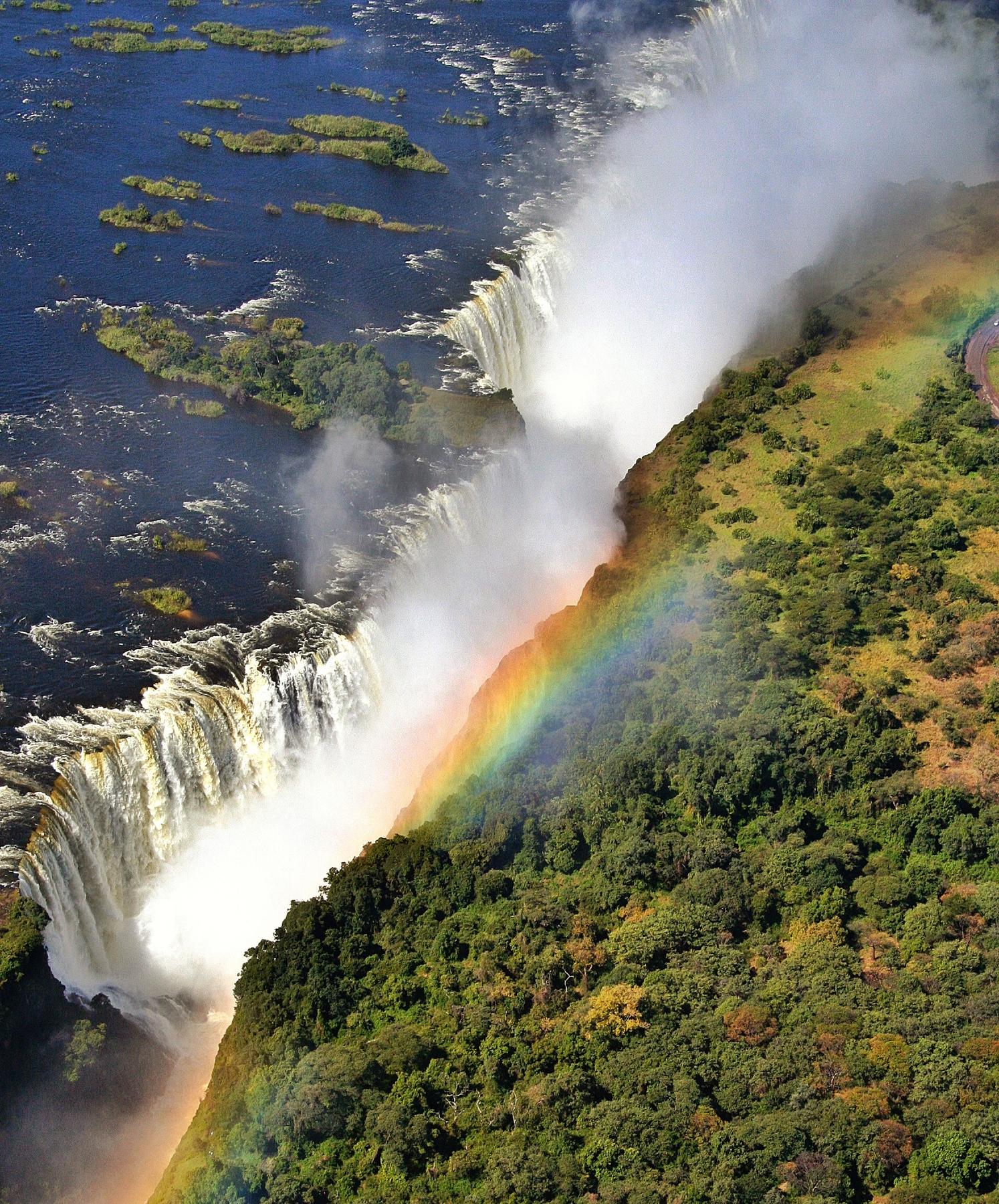 Самые красивые водопады мира — Виктория на реке Замбези в Южной Африке. Расположен на границе Замбии и Зимбабве