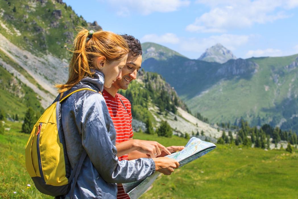 Ζευγάρι κοιτάζει τον χάρτη για πεζοπορία στο Μαυροβούνιο