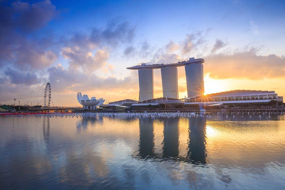 Ηλιοβασίλεμα πάνω απ' το Marina Bay Sands και το ArtScience Museum